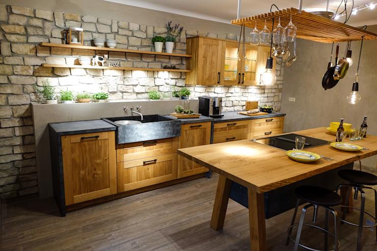 Une vraie cuisine rustique en chêne ! Cuisine de style rustique par CasaLife Effet bois rustique
