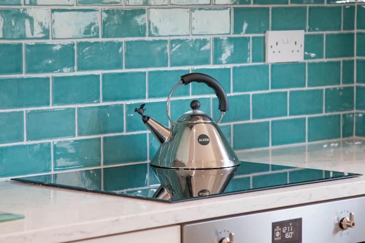 Dosseret en céramique vibrante Cuisine de style classique par ADORNAS KITCHENS Classic