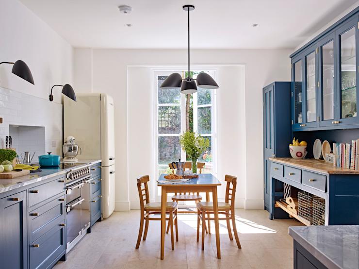 Cuisine traditionnelle lumineuse Cuisine de style classique par Holloways of Ludlow Cuisines sur mesure et ébénisterie Effet bois classique