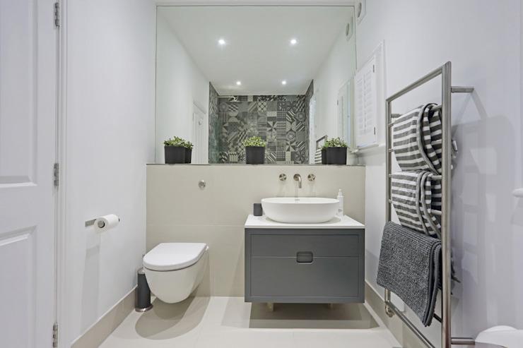 Edwardien rencontre contemporain ; Teddington Family Home Salle de bain moderne par PAD ARCHITECTES Moderne