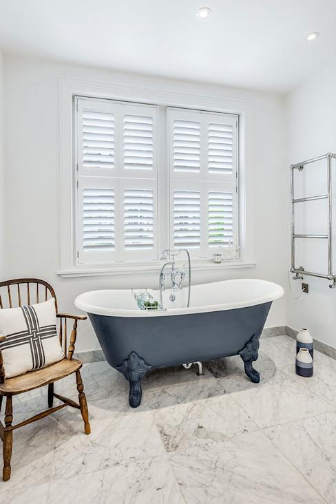 Tier on Tier Shutters in the Bathroom Salle de bains moderne par Plantation Shutters Ltd Effet bois moderne