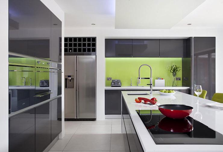 Éclaboussures de verre à la chaux sauvage dans une cuisine minimaliste grise Cuisine minimaliste par DIYSPLASHBACKS Minimaliste