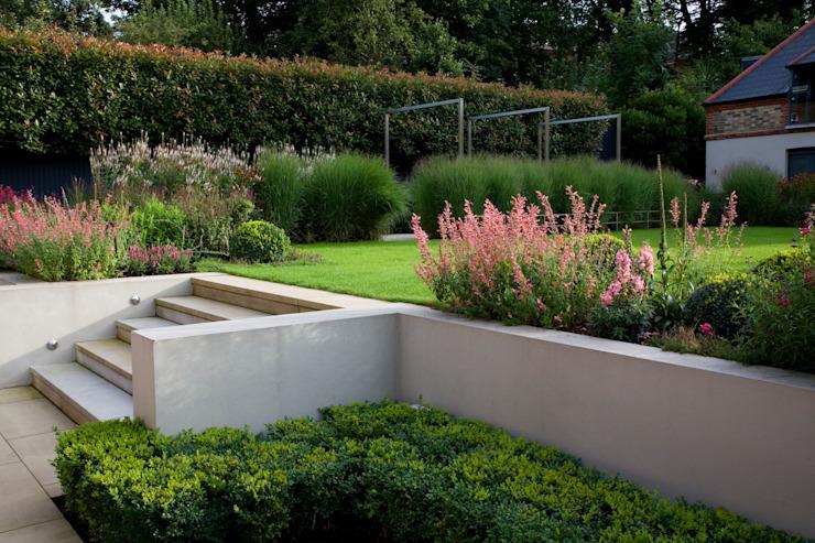 Jardin de style classique et moderne par Garden Landscape Design Classic