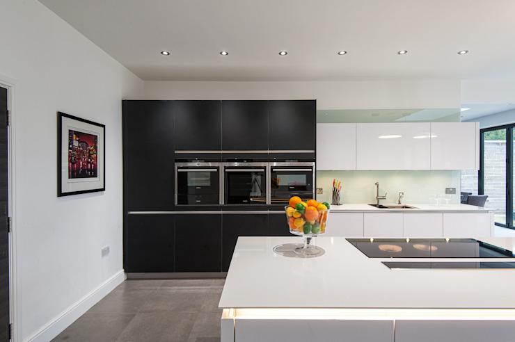 Urban Style Kitchen - Cuisine blanche sans poignée avec des éléments en verre noir satiné Cuisine moderne par Urban Myth Modern