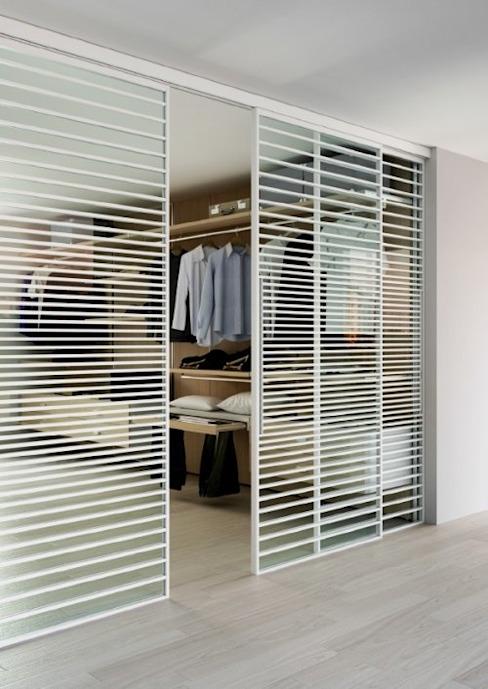 Porte coulissante ADL Line : moderne par IQ Furniture, Modern