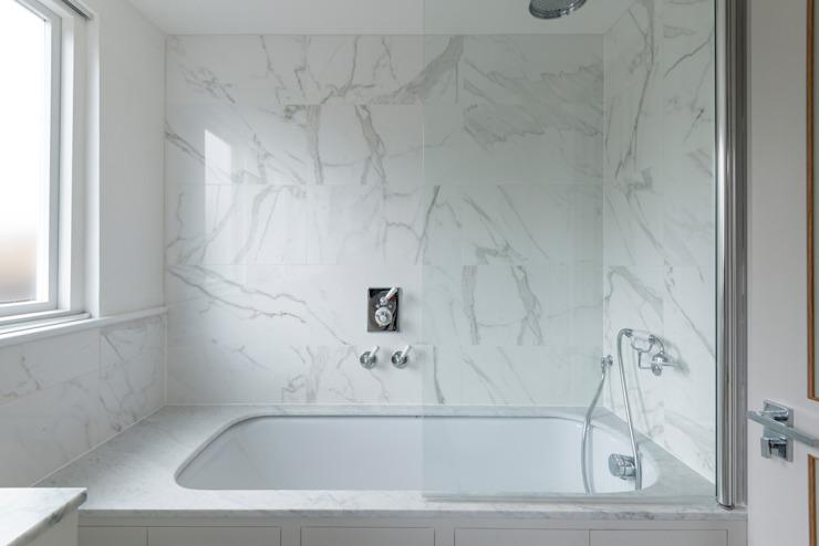 Salle de bains en marbre sur mesure Salle de bains de style classique par Prestige Architects Par Marco Braghiroli Classic