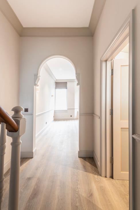 Duplex à trois étages - couloir, couloir et escaliers de style Chelsea Classic par Prestige Architects Par Marco Braghiroli Classic