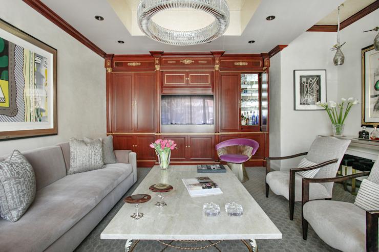 Art Collectors Residence Salle médiatique de style classique par JKG Interiors Classic Bois massif multicolore