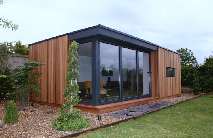Cedar Clad Garden Room Immeubles de bureaux modernes par apodo designs Modern