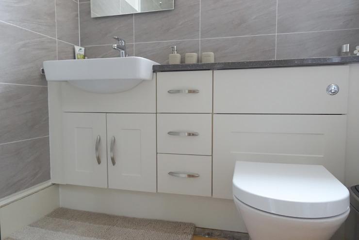 La salle de bains de M. et Mme Taylor Espaces commerciaux modernes par Bathrooms By Premier Modern