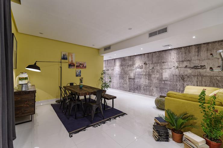 Salon industriel Salle à manger de style industriel par Aorta : le cœur de l'art Métal industriel