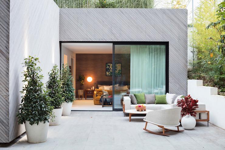 Nouvelle maison moderne à Hampstead - patio : moderne par Black and Milk | Design d'intérieur | Londres, Moderne