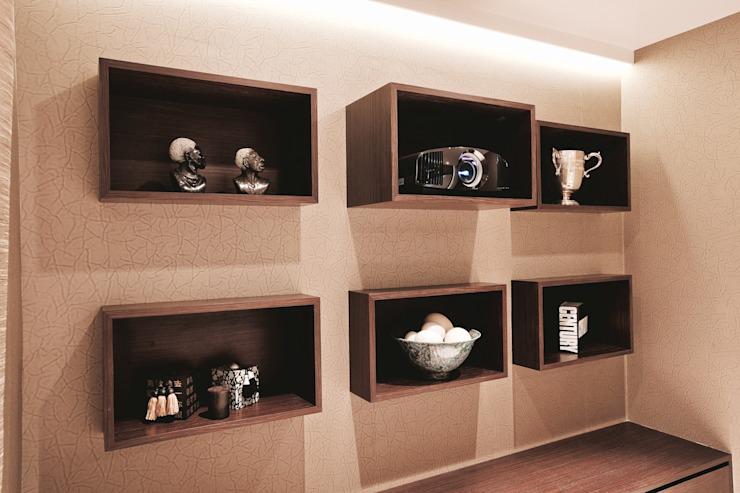Armoire murale accueillant un projecteur HD et ses accessoires Salle média moderne par Finite Solutions Modern