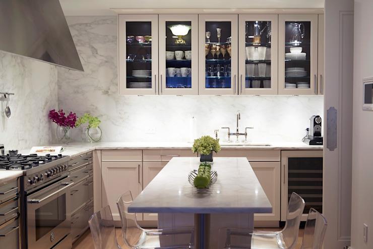 Cuisine moderne Shaker avec marbre et porcelaine et inserts en verre Cuisine de style classique par JKG Interiors Classic Marble