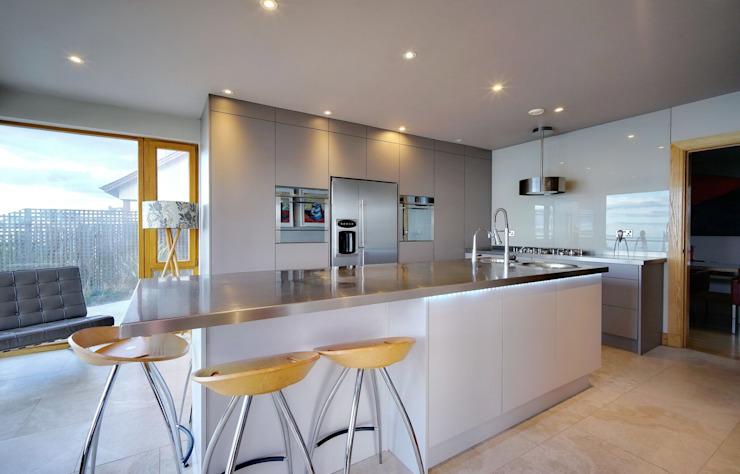 Grand îlot et mur d'appareils Cuisine moderne par ADORNAS KITCHENS Effet bois moderne