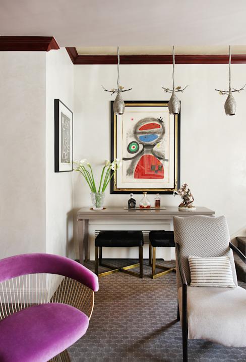 Art Collectors Residence Salon de style classique par JKG Interiors Classic Bois massif multicolore