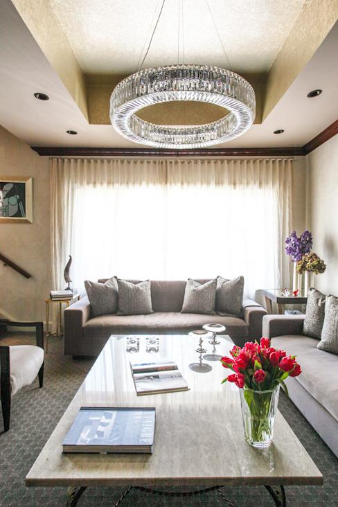 Art Collectors Residence Salon de style classique par JKG Interiors Classic