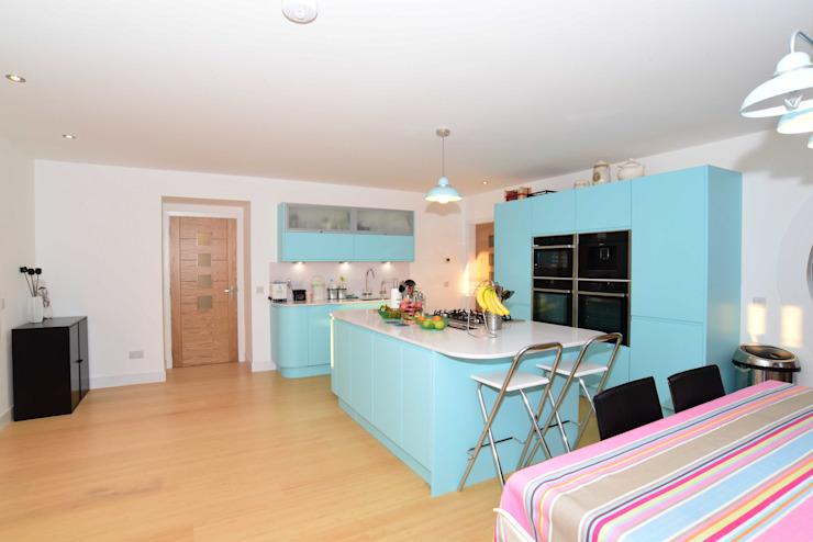 Cuisine et salle à manger par Roundhouse Architecture Ltd Eclectic Wood Wood effect