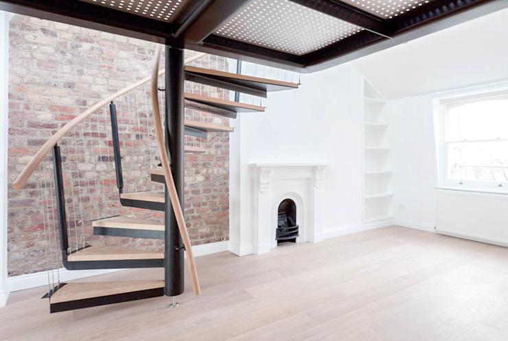 Escalier en spirale vers la mezzanine Couloir, couloir et escaliers modernes par Railing London Ltd Modern