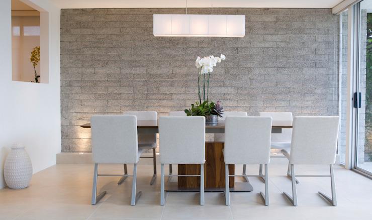 Salle à manger en briques apparentes grises Salle à manger minimaliste par Gracious Luxury Interiors Minimalist