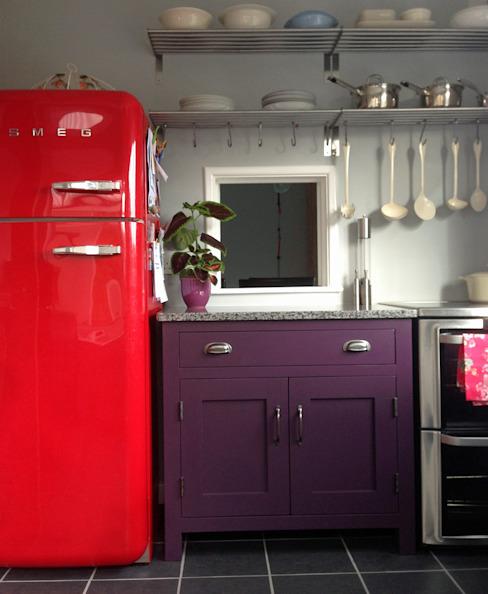 Petite cuisine, grande couleur audacieuse ! Cuisine de style éclectique par Hallwood Furniture Eclectic