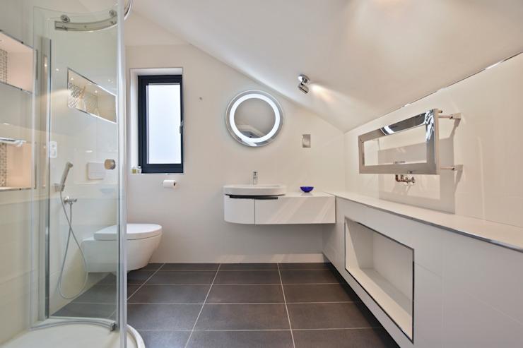 Étude de cas : Seven Stars Barn, Berkshire Salle de bains minimaliste par BathroomsByDesign Retail Ltd Minimaliste