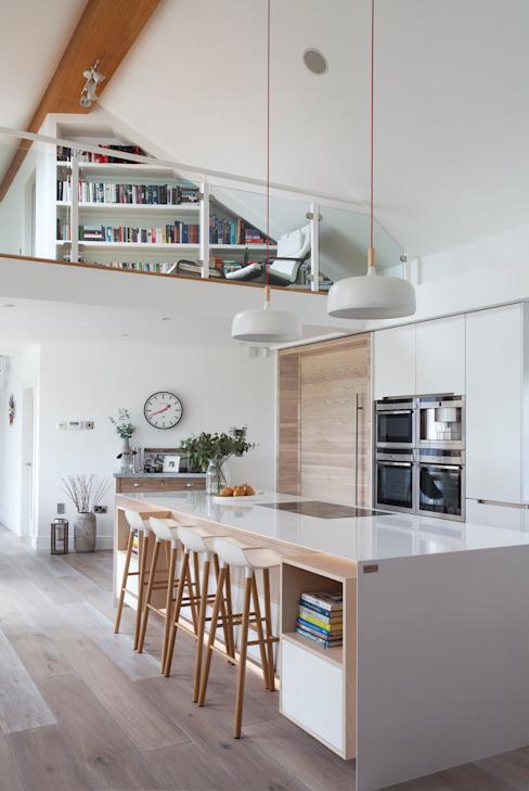 Cuisine blanche Salon moderne par Designer Kitchen par Morgan Modern