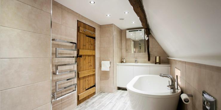 Salle de bain moderne de style hôtel-boutique avec des éléments rustiques : moderne par Burlanes Interiors, Moderne