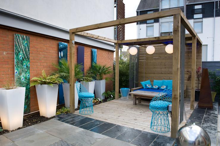 Pergola dans le jardin de la cour Jardin moderne par Earth Designs Modern