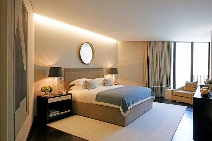 Murs en tissu dans la chambre à coucher Chambre à coucher de style moderne par Mille Couleurs London Modern