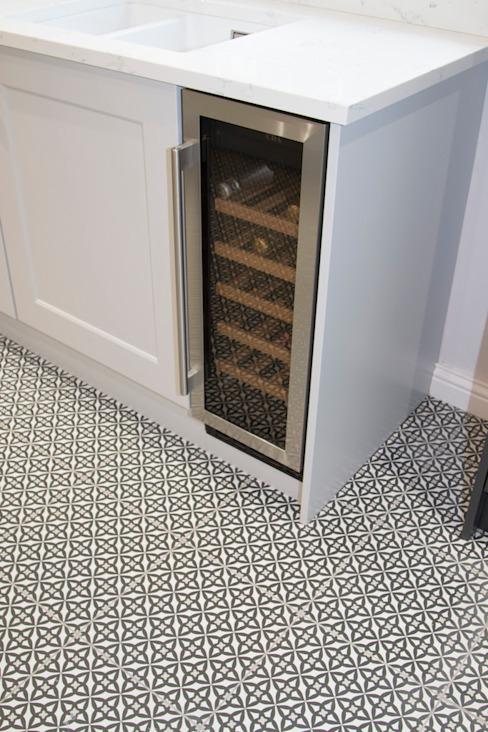 Refroidisseur de vin intégré, et sol géométrique carrelé Cuisine de style classique par ADORNAS KITCHENS Carreaux classiques