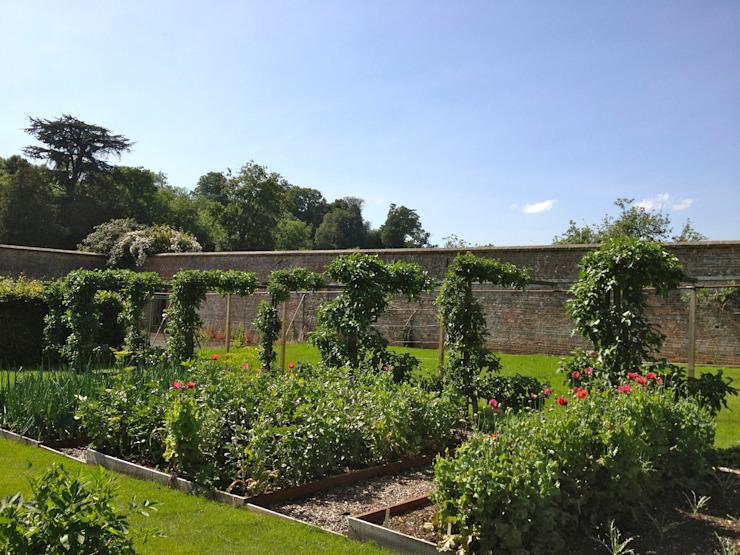 Jardin potager dans un domaine de campagne Jardin de style champêtre par Roeder Landscape Design Ltd Country