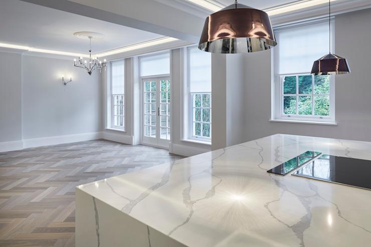 Plan de travail en marbre dans une cuisine noire Cuisine minimaliste par Jigsaw Architecture intérieure Marbre minimaliste