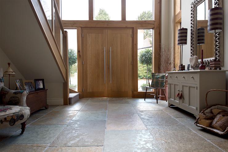 Une belle entrée : Calcaire ombrien Couloir, couloir et escaliers de style rustique par Quorn Stone Calcaire rustique