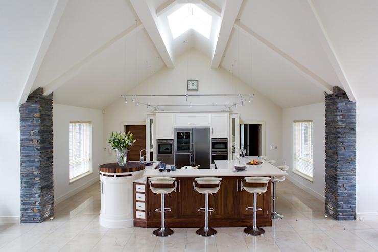 Cuisine en noyer et crème Cuisine moderne par Designer Kitchen par Morgan Modern