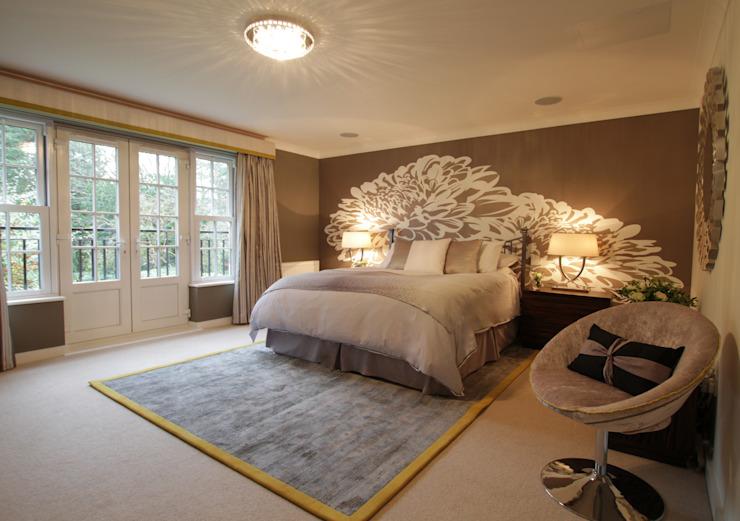 Une superbe chambre à coucher principale avec un mur floral blanc et un tapis à la chaux. Une chambre à coucher de style moderne, conçue par Deborah Ltd Modern