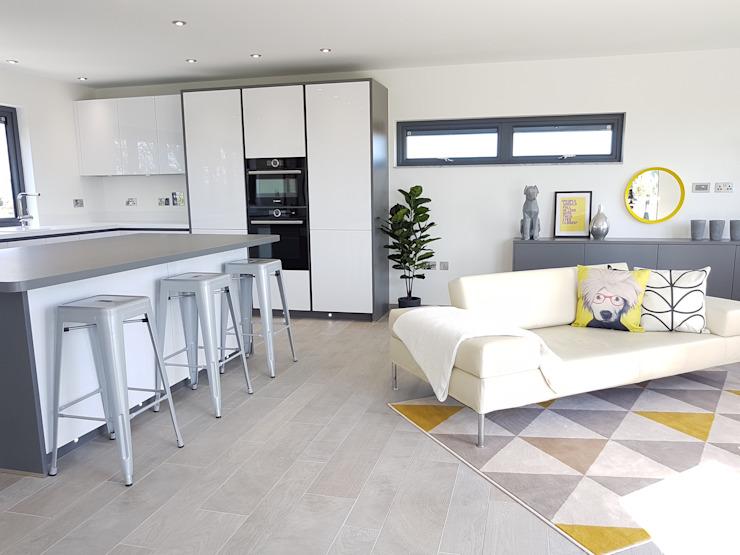 Mid Century Modern Show Home Salon moderne par THE FRESH INTERIOR COMPANY Modern