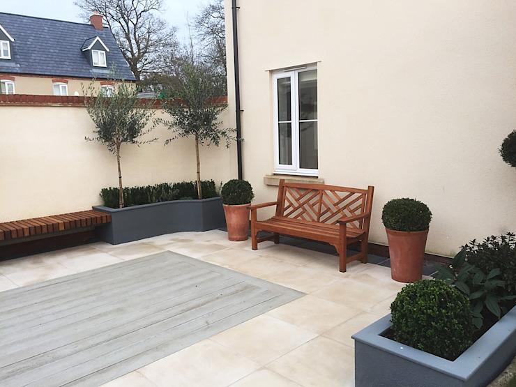 Conception et construction d'une cour, Bicester, Oxfordshire Jardin de style classique par Decorum . Composite bois-plastique classique de Londres