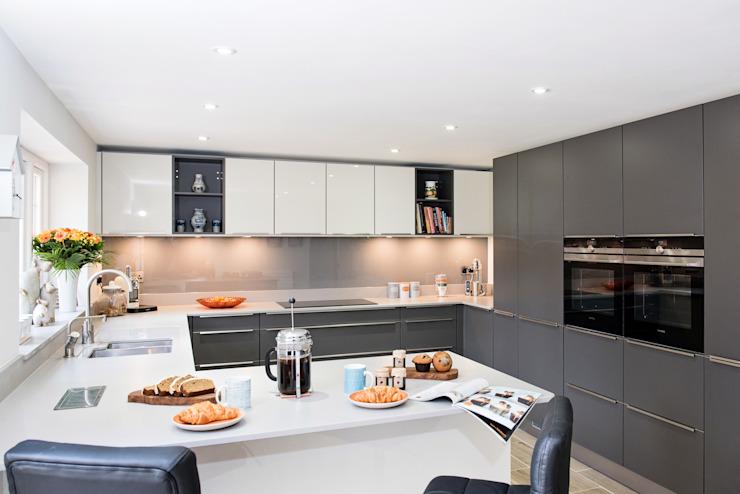 Mr & Mrs H, Kitchen, Byfleet Village, Surrey Cuisine moderne par Raycross Interiors Modern