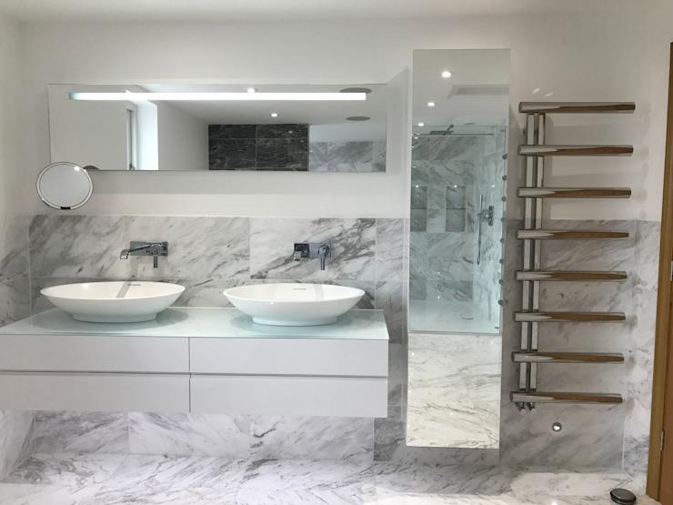 Salle de bain inspirée des hôtels Salle de bain moderne par DeVal Bathrooms Modern