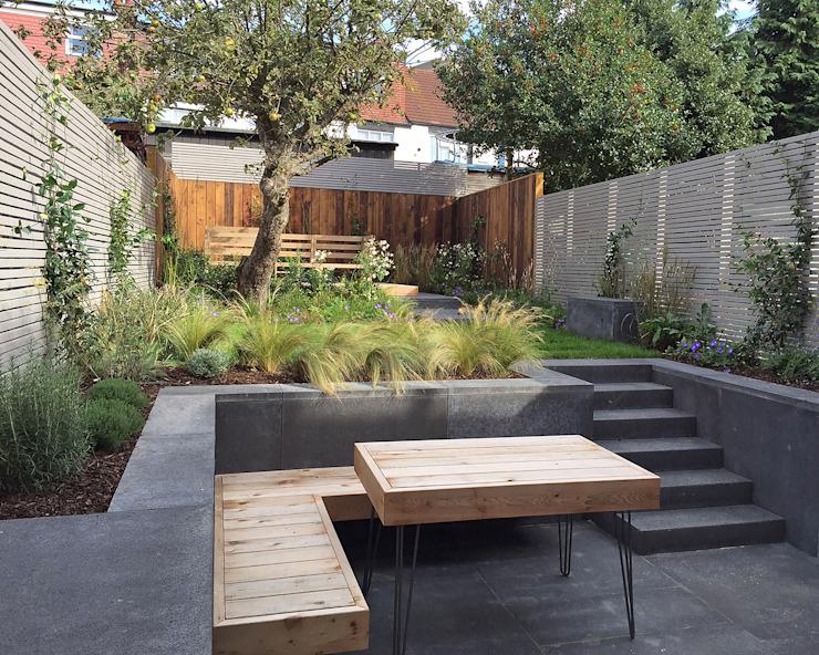 Table à pieds en épingle à cheveux en cèdre rouge de l'Ouest sur mesure et banc flottant intégré Jardin moderne par Tom Massey Paysage et conception de jardins Béton moderne