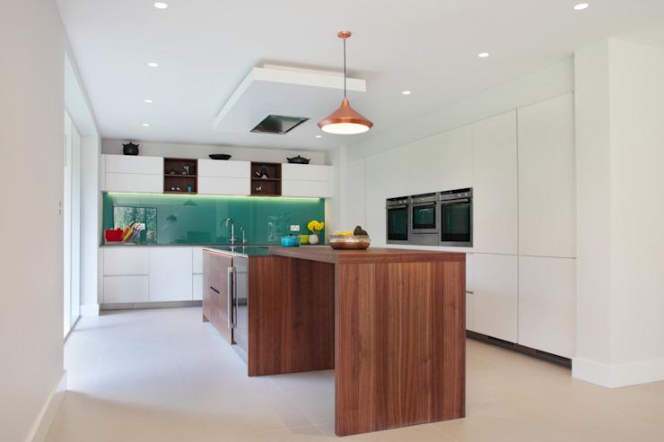 Cuisine contemporaine en noyer et verre blanc Cuisine moderne par in-toto Kitchens Design Studio Marlow Modern Wood Wood effect