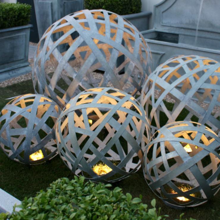 Boules en treillis de zinc Jardin de style classique par homify Classic Aluminium/Zinc