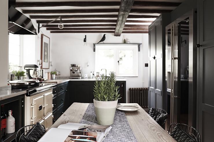 Thatched Cottage | Cuisine Cuisine de style éclectique par Fawn Interiors Studio Eclectic