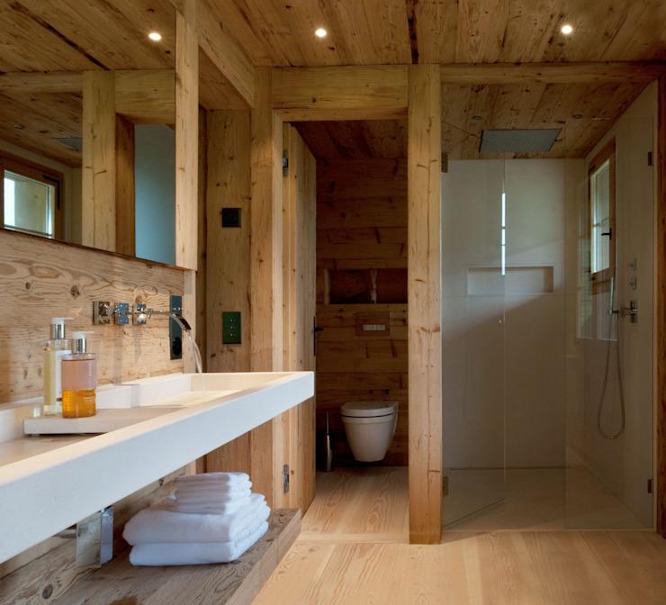 Chalet Gstaad Salle de bain de style rustique par Ardesia Design Rustic