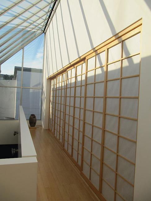 La galerie et les écrans japonais Couloir, couloir et escaliers modernes par 4D Studio Architects and Interior Designers Modern