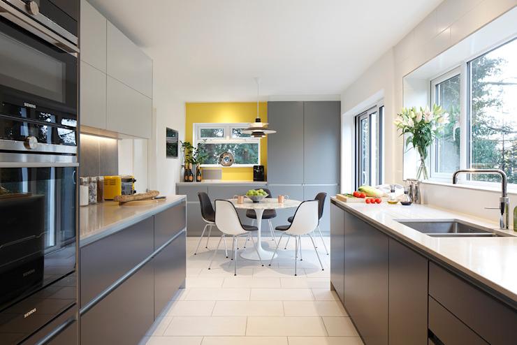 Cuisine-salle à manger contemporaine dans une résidence de l'Essex Cuisine moderne de Paul Langston Interiors Modern