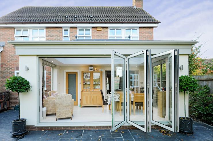 Orangerie en aluminium avec portes à deux battants Conservatoire moderne par homify Moderne