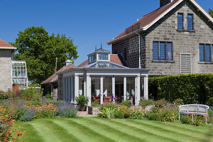 Conservatoire avec fenêtres à battants en bronze dans une ferme d'époque Conservatoire de style classique par Vale Garden Houses Effet bois classique