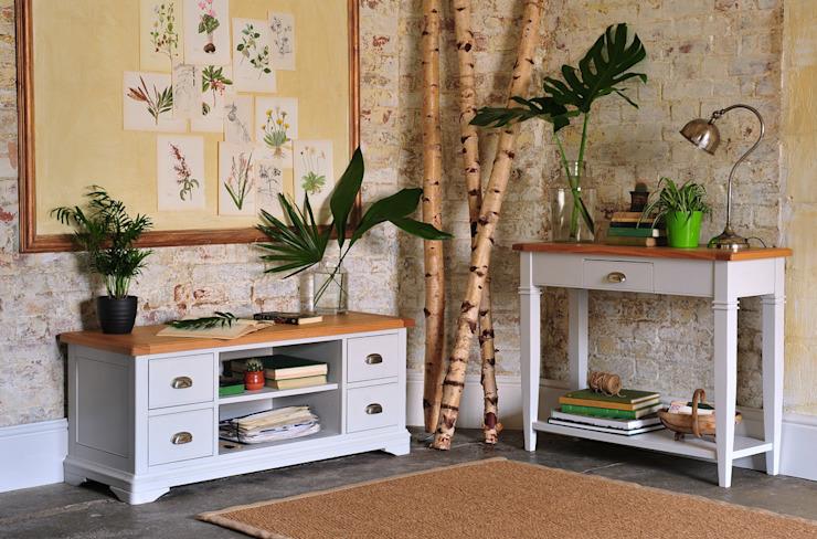 Table console et téléviseur Boston Light Grey Salon de style country par The Cotswold Company Country